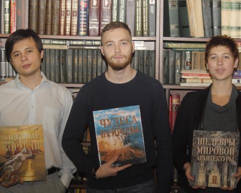 Фото награждения победителей конкурса на лучший вопрос. Слева направо: Олег Цыбульский, Илья Баженов, Тамара Полищук.