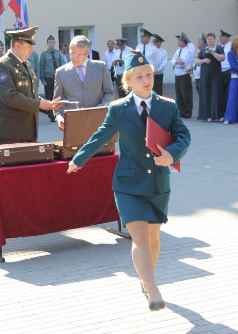 devushka-ofitser