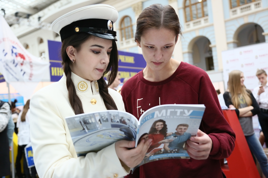 Алиса в форме Московского императорского училища представляет МГТУ на одной из выставок для аббитурентов