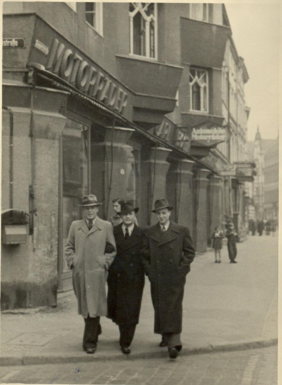 aganin-v-tsentre-1946-potsdam-germaniya