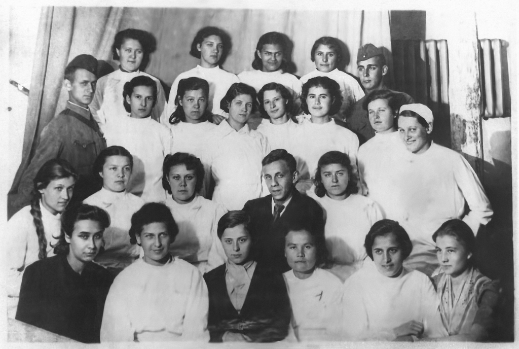 studentki-uchilishha-na-kursah-medsestyor-1942g